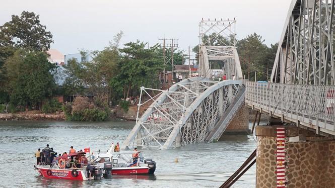 Cầu Ghềnh bị sập khiến giao thông đường sắt Bắc - Nam đình trệ
