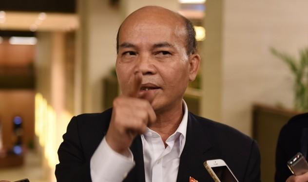 Đại biểu Đỗ Văn Đương (TP HCM) trao đổi với báo chí bên lề Quốc hội (Ảnh: X.H)