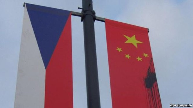những kẻ phá hoại chưa rõ danh tính đã dùng sơn đen để bôi lên các lá quốc kỳ Trung Quốc do Phòng Hợp tác Hỗn hợp Trung – Séc treo lên