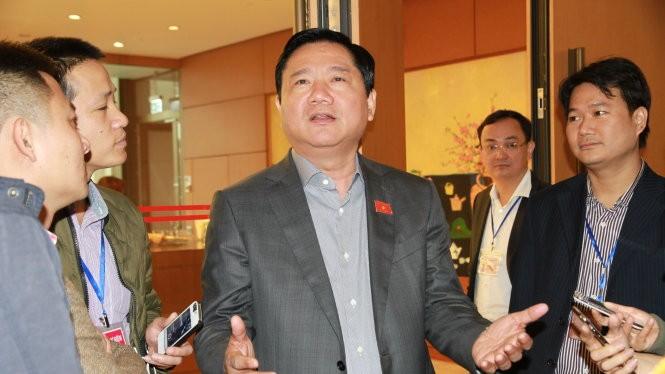 Bí thư Thành ủy TP.HCM - Đinh La Thăng, trả lời báo chí tại Quốc hội sáng 29-3 - Ảnh: VIỄN SỰ