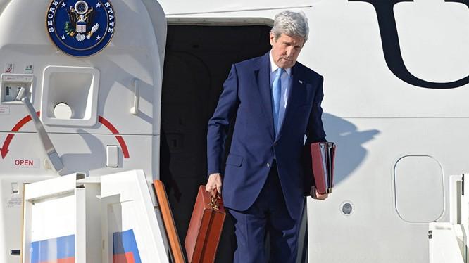 Ông Kerry xách chiếc cặp đỏ gây đồn đoán
