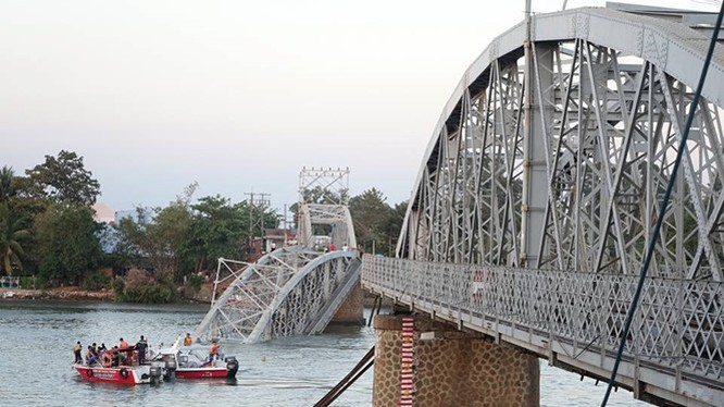 Cầu Ghềnh bị sâp khiến giao thông đường sắt Bắc-Nam bị ảnh hưởng nghiêm trọng