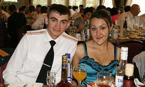 Trung úy Alexander Prokhorenko và người vợ Ekaterina. Ảnh: East2westNews