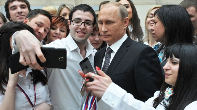 Người dân Nga tranh nhau chụp ảnh với ông Putin