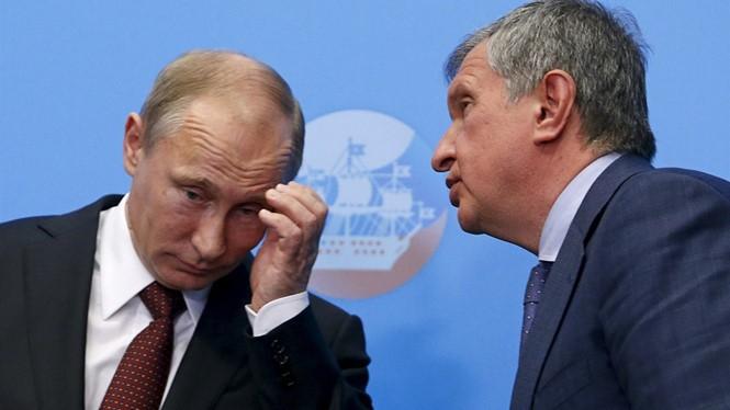 Tổng thống Nga Vladimir Putin (trái) sẽ phải đau đầu không ít với vụ lộ thông tin Mossack Fonseca - Ảnh: Reuters