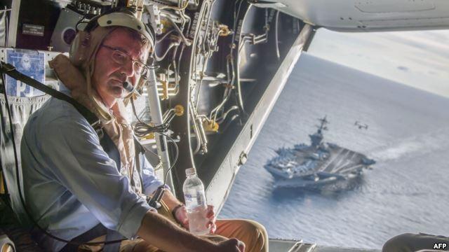 Bộ trưởng Quốc phòng Ashton Carter trên chiếc máy bay quân sự V-22 Osprey sau khi tới thăm hàng không mẫu hạm USS Theodore Roosevelt ngày 5/11/2015.