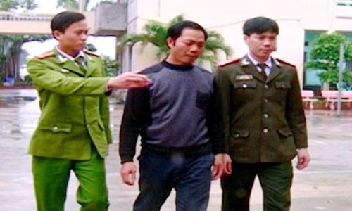 Cảnh sát bắt giữ Nguyễn Văn Hào khi người này đang tổ chức đưa người sang Trung Quốc trái phép. Ảnh: Lam Sơn.