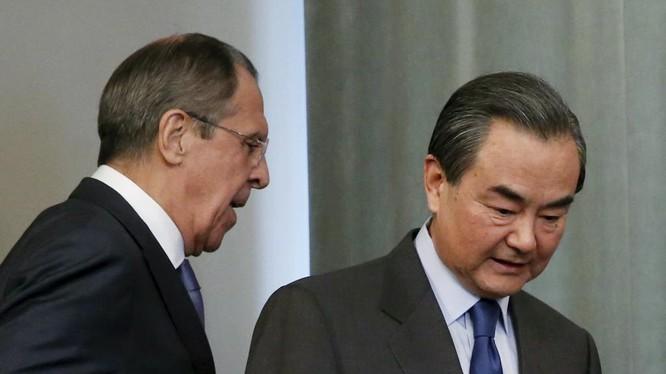 Ngoại trưởng Nga Serguei Lavrov và đồng cấp Trung Quốc Vương Nghị dự cuộc họp báo chung tại Matxcơva ngày 18/4