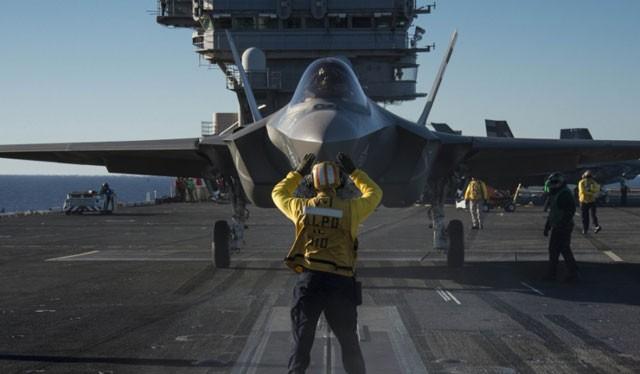 Chiến đấu cơ F-35 phiên bản hải quân Mỹ thử nghiệm hạ cánh trên tàu sân bay
