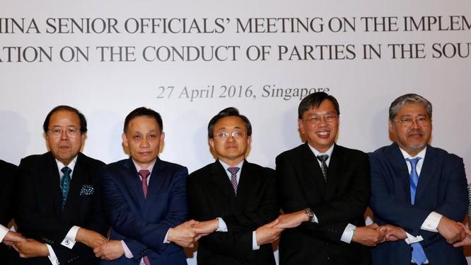 Các nhà lãnh đạo ngoại giao ASEAN và thứ trưởng Ngoại Giao Trung Quốc Lưu Chấn Dân (giữa) tại hội nghị về việc thực thi Tuyên bố ứng xử tại Biển Đông (DOC) tại Singapore, ngày 27/4/2016.