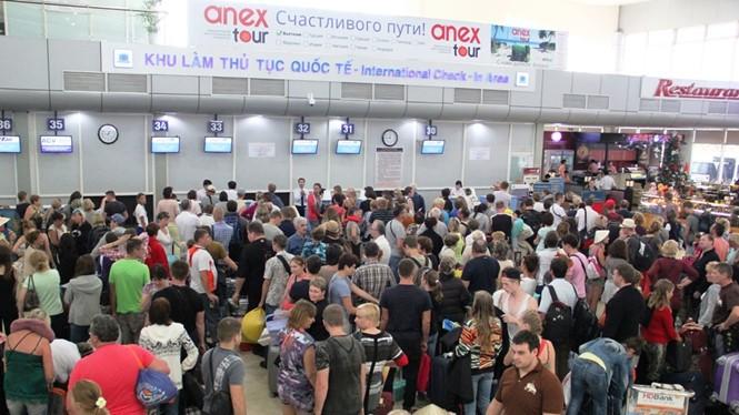 Du khách làm thủ tục tại sân bay Cam Ranh