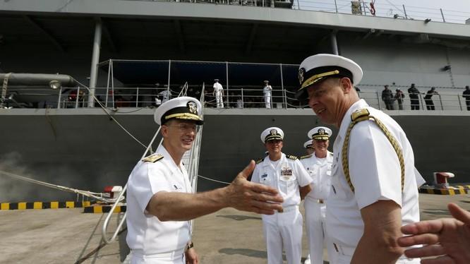 Phó đô đốc Joseph P. Aucoin, tư lệnh Hạm đội 7 (trái) trên chiến hạm USS Blue Ridge tại Thượng Hải ngày 6/5