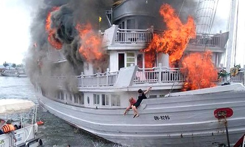 Du khách hoảng loạn nhảy khỏi con tàu bốc cháy dữ dội