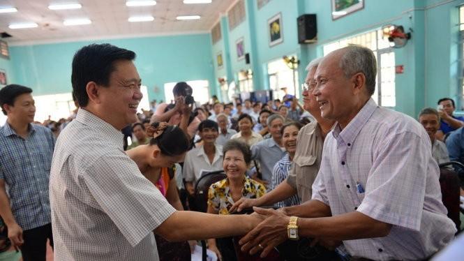 Ông Đinh La Thăng - Ủy viên Bộ Chính trị, Bí thư Thành ủy TP.HCM bắt tay các cử tri -