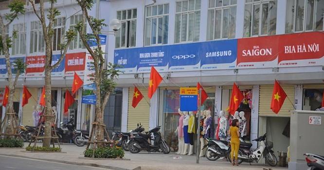 Các biển hiệu trên đường Lê Trọng Tấn