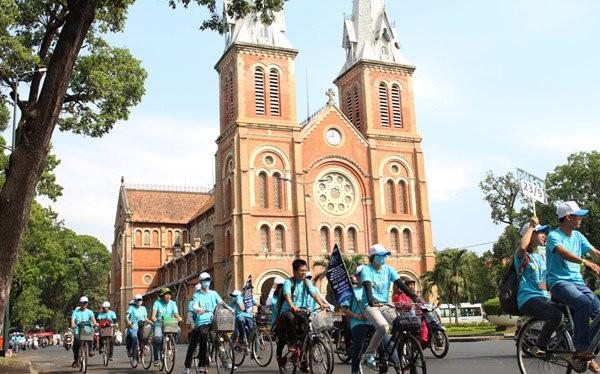 Hàng trăm tình nguyện viên dự án Chuyển động xanh đã chọn cách đạp xe vòng quanh trung tâm thành phố để ủng hộ và tuyên truyền cho chiến dịch Giờ Trái Đất năm 2015, bảo vệ môi trường