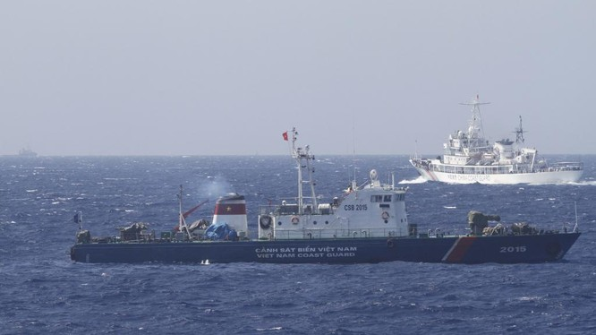 Tàu cảnh sát biển Việt Nam và tàu hải cảnh Trung Quốc ở vùng biển Hoàng Sa