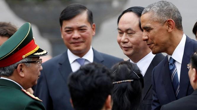 Tổng thống Obama bắt tay Thứ trưởng Bộ Quốc phòng Việt Nam Nguyễn Chí Vịnh tại lễ đón sáng 23/5
