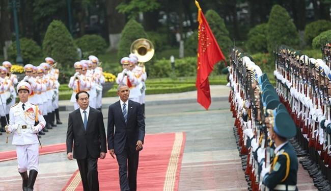 Chủ tịch nước Trần Đại Quang và Tổng thống Obama duyệt đội danh dự trong lễ đón chính thức sáng nay