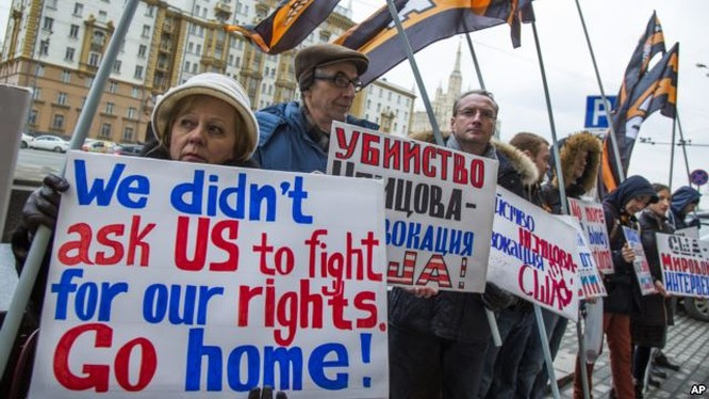 Người dân cầm những tấm bảng chống Mỹ tập trung trước cửa Đại sứ quán Mỹ ở Moscow để biểu tình tháng 3/2015