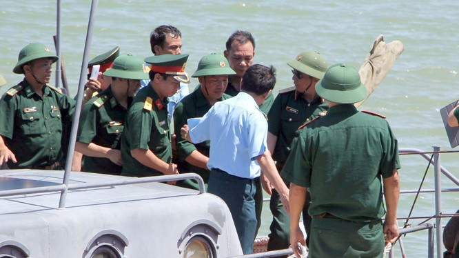 Các đồng đội đón phi công Nguyễn Hữu Cường trở về