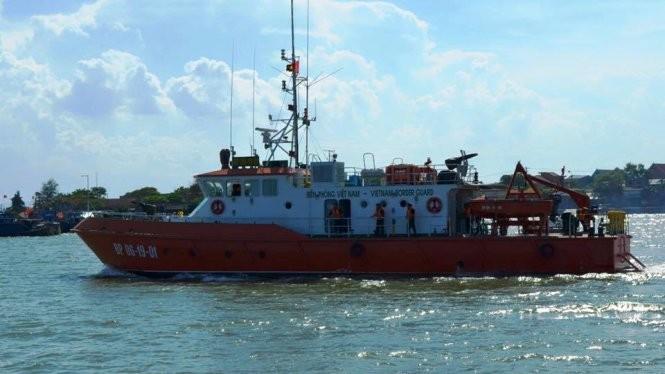 Tàu CN09 của BĐBP Nghệ An xuất phát vào chiều 17-6 để đưa thi thể phi công Trần Quang Khải vào bờ - Ảnh: Lê Thạch