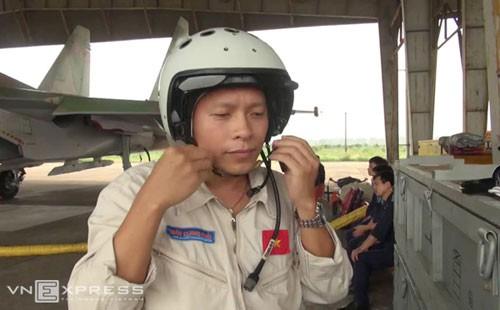 Phi công Trần Quang Khải chuẩn bị xuất kích cùng Su-30 vào tháng 3/2013. Ảnh: Thanh Tùng.