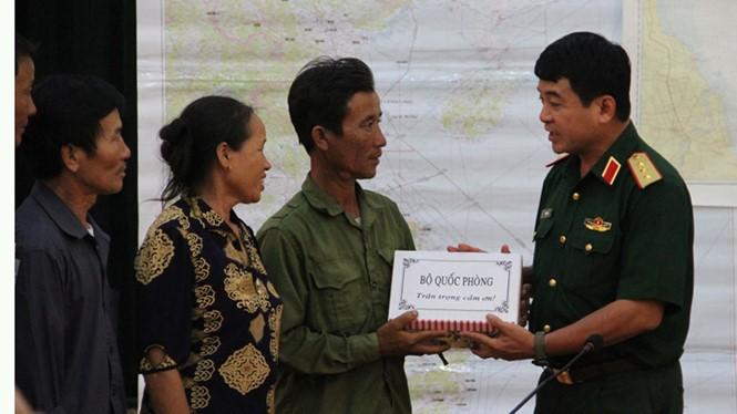 Thượng tướng Võ Văn Tuấn, Phó tổng tham mưu trưởng quân đội nhân dân VN tặng quà, biểu dương ngư dân Phạm Xuân Lệ.
