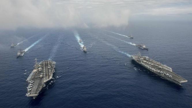 Hai tàu sân bay Mỹ John C. Stennis (CVN 74) và Ronald Reagan (CVN 76) tại Biển Đông ngày 18/6