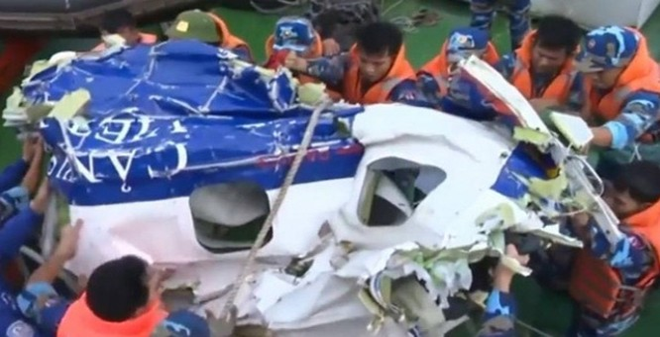 Trục vớt mảnh vỡ của máy bay Casa-212 gặp nạn