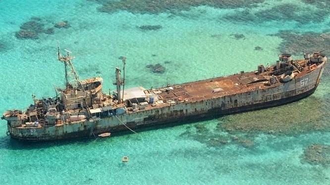 Chiếc tàu đổ bộ của Philippines chiếm đóng trái Bãi Cỏ Mây (thuộc quần đảo Trường Sa, Việt Nam) đang trong tình trạng mục nát