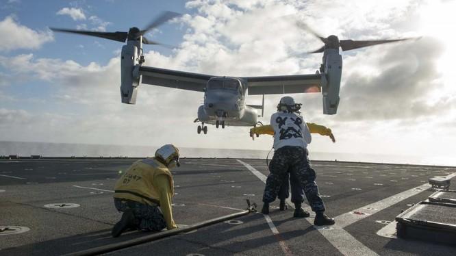 Trực thăng cánh xoay V-22 Ưng biển cất cánh từ tàu sân bay Mỹ