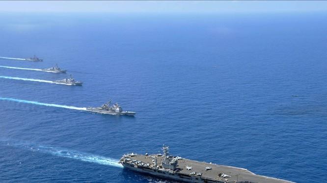 Cụm tác chiến tàu sân bay Mỹ gồm mẫu hạm và các tàu tuần dương hạm, khu trục hạm và hộ vệ hạm hoạt động trên Biển Đông