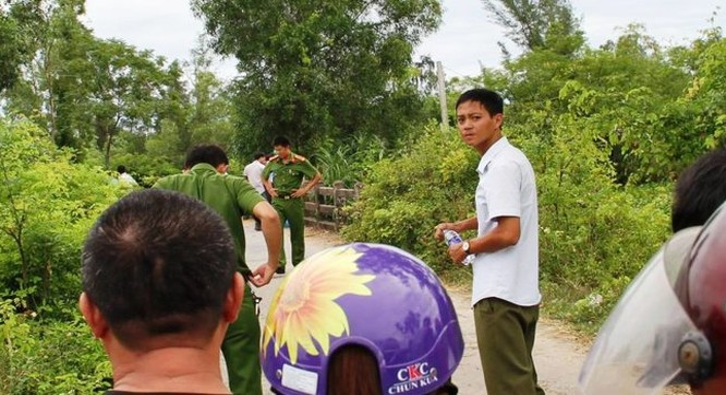 Cơ quan công an tìm kiếm thi thể nữ giám thị bị tài xế taxi tại Hà Tĩnh giết hại, ném xuống ao - Ảnh: Văn Định