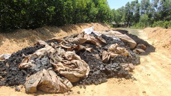 Cơ quan chức năng phát hiện khoảng 100 tấn chất thải của Formosa chôn lấp trái phép - Ảnh: CTV