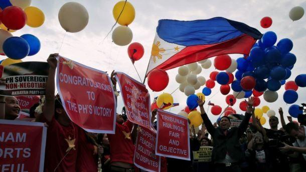 Người dân Philippines ăn mừng sau khi Tòa án quốc tế ra phán quyết cuối cùng về vụ kiện Biển Đông