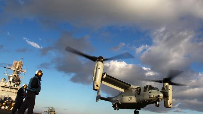 """Trực thăng cánh xoay V-22 """"ưng biển"""" cất cánh từ tàu sân bay Mỹ"""