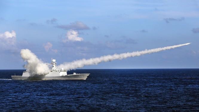 Chiến hạm Trung Quốc phóng tên lửa trong cuộc tập trận hồi đầu tháng 7/2016, ngay trước khi Toà án quốc tế ra phán quyết về tranh chấp Biển Đông