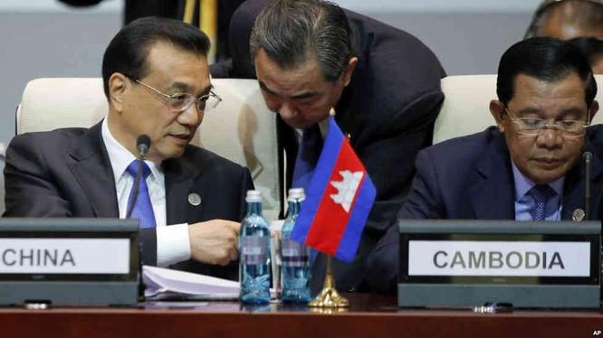 Thủ tướng Trung Quốc Lý Khắc Cường đang trao đổi với Ngoại trưởng Vương Nghị tại Mông Cổ