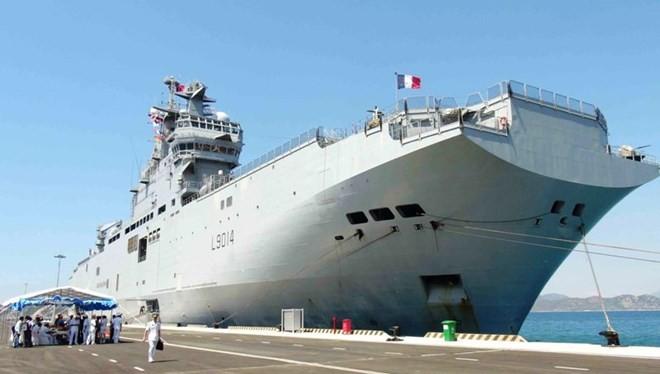 Tàu đổ bộ tấn công Mistral của hải quân Pháp thăm cảng Cam Ranh của Việt Nam