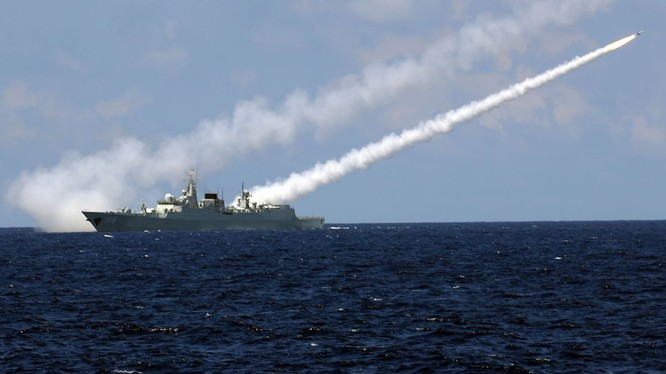 Khu trục hạm Trung Quốc phóng tên lửa trong cuộc tập trận hồi đầu tháng 7 vừa qua ở Biển Đông