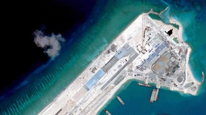 Trung Quốc ngang nhiên xây dựng đảo nhân tạo và đường băng trái phép trên Đá Chữ Thập thuộc quần đảo Trường Sa của Việt Nam