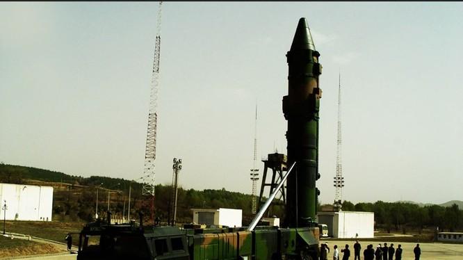"""Tên lửa DF-21 được mệnh danh là """"sát thủ tàu sân bay"""" của Trung Quốc"""