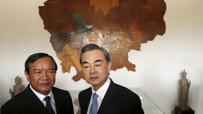 Ông Sokkonn và ngoại trưởng Trung Quốc Vương Nghị