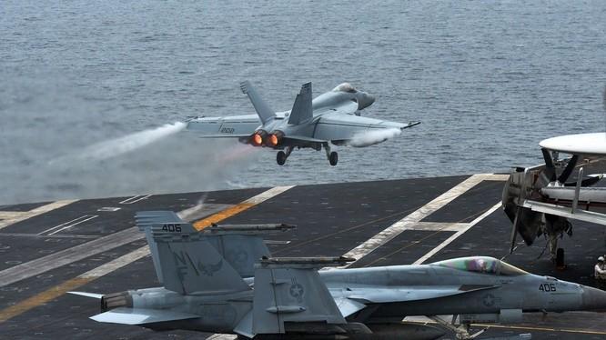 Chiến đấu cơ F-118 Hornet xuất kích từ tàu sân bay Mỹ