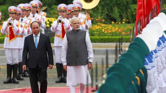 Thủ tướng Nguyễn Xuân Phúc và Thủ tướng Ấn Độ Narendra Modi duyệt đội danh dự trong chuyến thăm Việt Nam