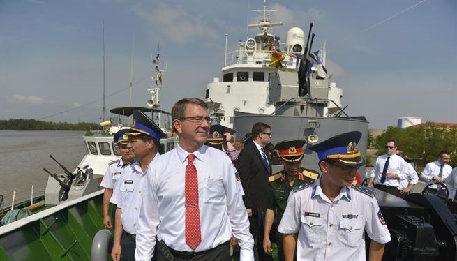 Bộ trưởng Quốc phòng Mỹ Ash Carter thăm tàu cảnh sát biển Việt Nam năm 2015