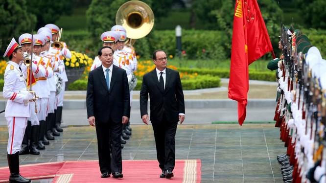 Chủ tịch nước Trần Đại Quang và Tổng thống Pháp Francois Hollande duyệt đội danh dự