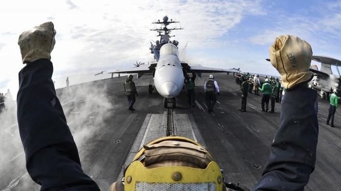 Chiến đấu cơ chuẩn bị xuất kích trên tàu sân bay Mỹ