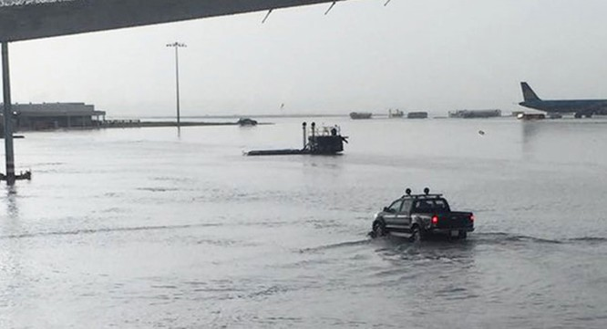 Khu vực sân đậu máy Sân bay Tân Sơn Nhất tiếp tục ngập nặng trong trận mưa chiều 11.9.